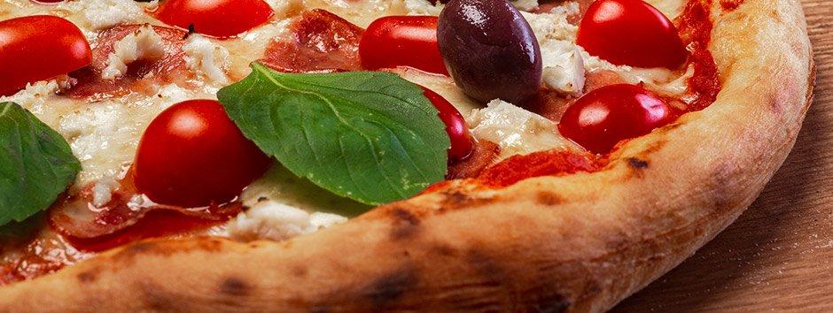 Faça pizza em casa! Aprenda uma massa de pizza caseira fácil de fazer