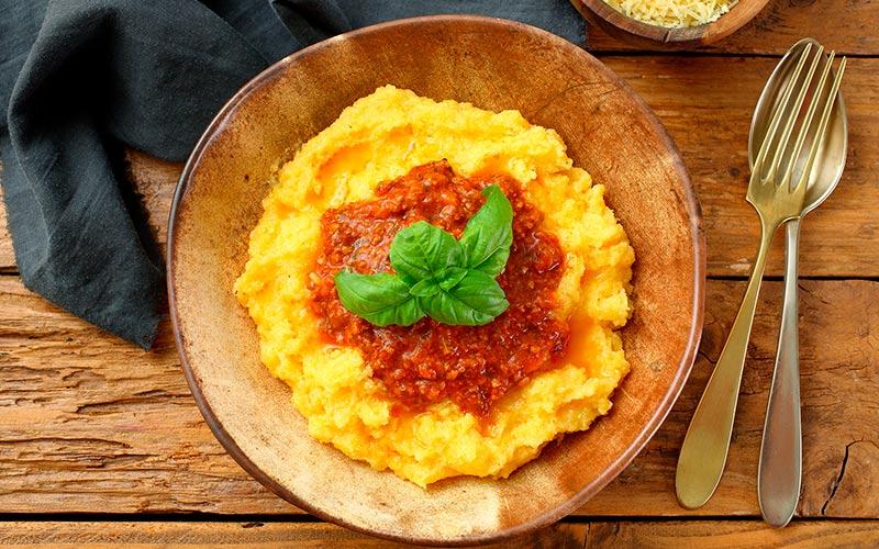 Aprenda essa receita de comidinha de vó: polenta cremosa com molho à bolonhesa