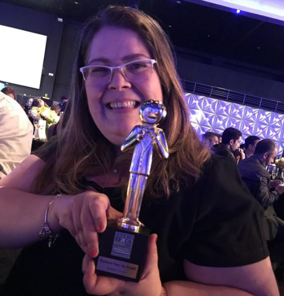 Maria da Glória Amaral recebendo o Prêmio Reclame Aqui