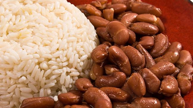 Os benefícios do arroz com feijão para a saúde