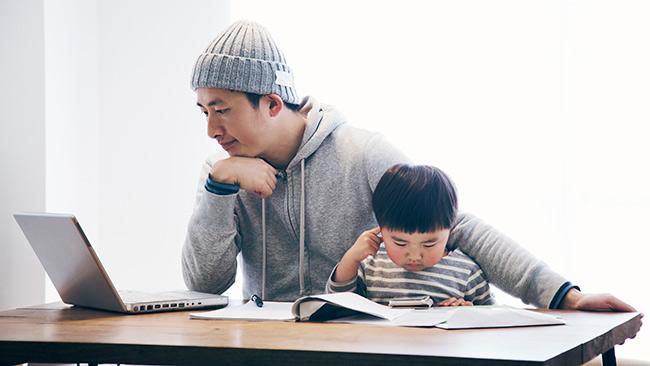 Como apoiar profissionais que são pais e mães