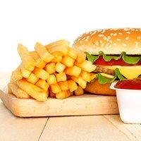 Hambúrguer com acompanhamento de batata frita