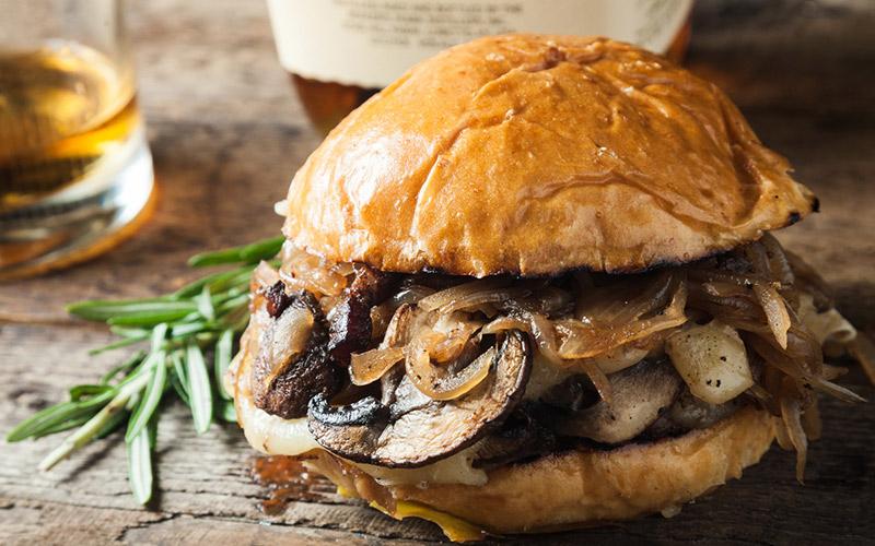Aprenda uma receita vegana de hambúrguer de cogumelo e cevada