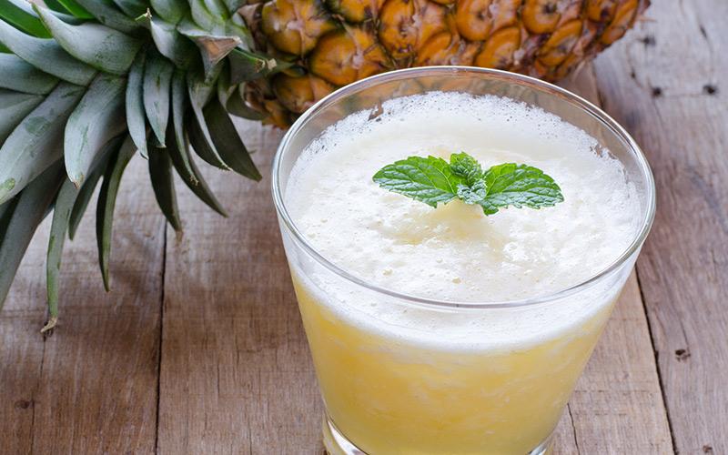 Aproveite o abacaxi por inteiro, usando a casca para fazer suco